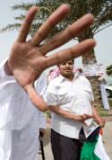 من تظاهرة في الكويت طالبت امير البلاد بحل البرلمان أمس (ستيفاني ماكغيهي - رويترز)