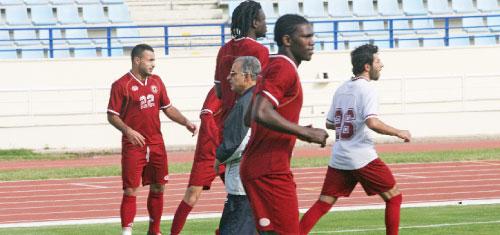 مدرّب النجمة المصري عبد الشافي بين اللاعبين أثناء التمارين أمس في المدينة الرياضية (بلال جاويش)