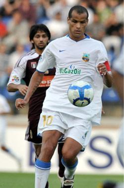 لاعب بونيودكور البرازيلي ريفالدو متخطّياً مدافعاً إماراتياً (انفار ايلياسوف ــ أ ب)