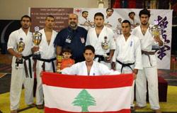 بعثة لبنان للكيوكوشنكاي تحتفل بألقابها مع العلم اللبناني
