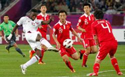يوسف أحمد يسدّد الكرة التي جاء منها الهدف الأول لقطر في مرمى الصين (جو يونغ هاك ـ رويترز)