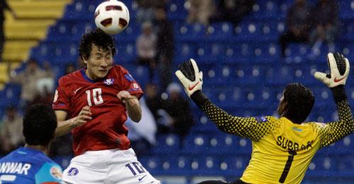 الكوري الجنوبي جي دونغ وون يفتتح التسجيل برأسه في مرمى الهند (حسين ملا - أ ب)