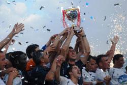 لاعبو نادي طرابلس يحتفلون بكأس البطولة وسط المفرقعات (الأخبار)