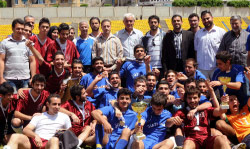 لقطة جامعة لتتويج فريق الآفاق لكرة القدم مع منافسه المعهد العربي بين مشرفي التنظيم