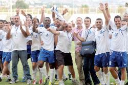 لاعبو الراسينغ يحتفلون بالفوز على العهد (طلال سلمان)