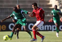 لاعب الأهلي محمد أبو تريكة خلال اللقاء مع كوتون سبور في نصف النهائي (أ ف ب)