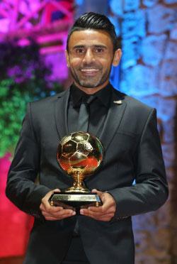 عباس عطوي مع جائزة أفضل لاعب