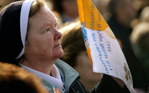 راهبة ترفع صلواتها فيما كان البابا يُلقي عظة أمام حشد في لورد (جان فيليب أرلز - رويترز)