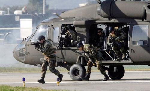 من العرض العسكري الأميركي ــ الكوري الجنوبي قرب سيول أمس (لي ين مان ــ أ ب)