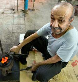 صانع زجاج في أحد شوارع طهران امس (راهب همفندي - رويترز)