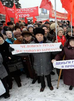 شيوعيون يطالبون الحكومة بحماية العمال في ظل الأزمة المالية في سان بطرسبرغ الشهر الماضي (ألكساندر ديمانشوك ــ رويترز)