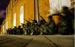 صورة للفرقة التي قامت باحتلال القصر الرئاسي في انتاناناريفو امس (جيروم ديلاي - أ ب)