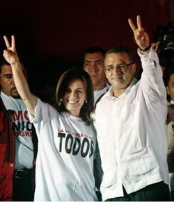 الرئيس السلفادوري الجديد محتفلاً بفوزه مع زوجته فاندا أمس في العاصمة إل سلفادور (دانييل لي كلير- رويترز)