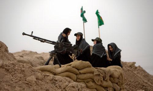 إيرانيّات قرب الحدود العراقيّة ـ الإيرانية يتذكرن الحرب بين البلدين، أول من امس (مرتضى نيكوبازل - رويترز)
