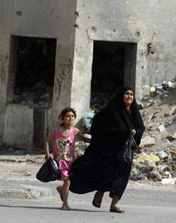 عراقيّة وابنتها تهربان من قصف القوّات الأميركيّة والعراقيّة (أرشيف ــ أ ف ب)