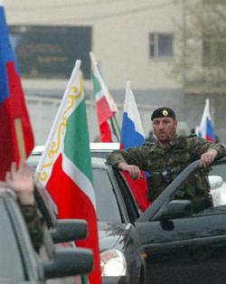 أعلام روسية وشيشانية ترتفع من السيارات خلال الاحتفال بإعلان روسيا إنهاء عملياتها العسكرية في غروزني الأسبوع الماضي (سعيد تسارناييف - رويترز)