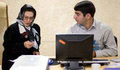 إحدى المرشّحات للرئاسة الايرانية خلال تسجيل ترشحها أمس في وزارة الداخلية في طهران (راهب هومافندي ــ رويترز)