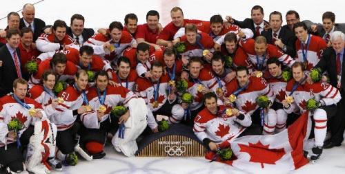 لاعبو كندا في الهوكي يحتفلون بالميدالية الذهبية الـ14 لبلادهم (شون بيست ــ رويترز)