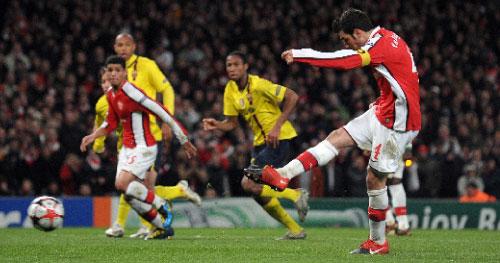 سيسك فابريغاس مسجّلاً هدف التعادل الثاني لأرسنال في مرمى برشلونة (أدريان دينيس - أ ف ب)