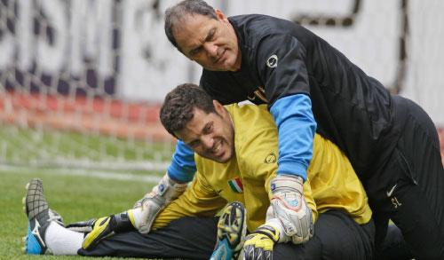 حارس إنتر ميلانو البرازيلي جوليو سيزار في حصة تدريبية مع مدربه الخاص (إيفان سيكريتاريف ــ أ ب)
