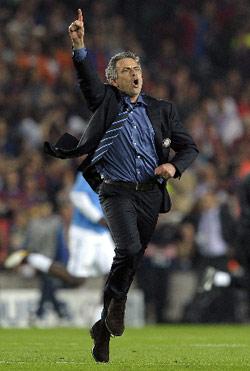 مدرب إنتر ميلانو البرتغالي جوزيه مورينيو مطلقاً فرحته بعد بلوغ فريقه المباراة النهائية (جوسيب لاغو - أ ف ب)