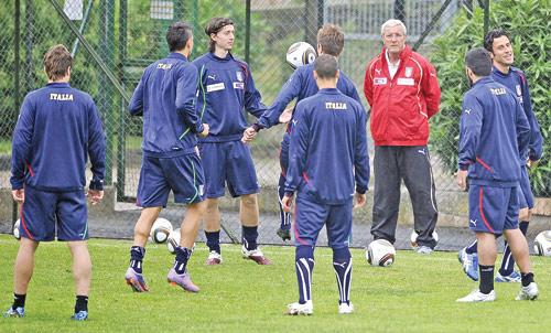 مدرب إيطاليا مارتشيلو ليبي يشرف على حصة تدريبية لمنتخبه في روما الأسبوع الماضي (فيليبو مونتيفورتي ــ أ ف ب)
