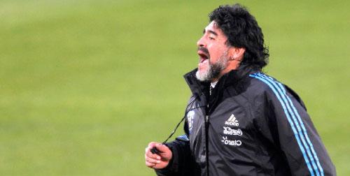 مارادونا في حصة تدريبية لمنتخب الأرجنتين (رويترز)