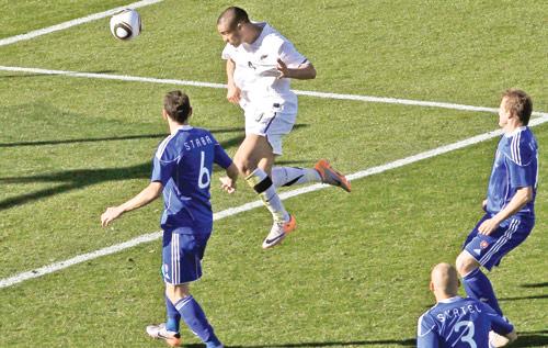 النيوزيلندي ريد مسجلاً هدف التعادل لبلاده تحت أنظار الدفاع السلوفاكي (دانيال مونيوز ـ رويترز)