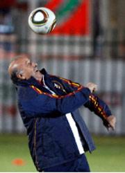 مدرب إسبانيا دل بوسكي (رويترز)