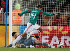 المهاجم خافيير هرنانديز متخطياً الحارس هوغو لوريس في طريقه لتسجيل أول هدفي المكسيك في مرمى فرنسا (شارل بلاتيو ــ رويترز)