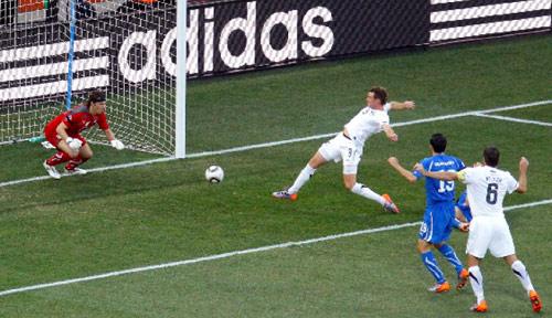 شاين سميلتز مسجلاً هدف نيوزيلندا في مرمى الحارس الإيطالي ماركيتي (ديفيد غراي ـ رويترز)
