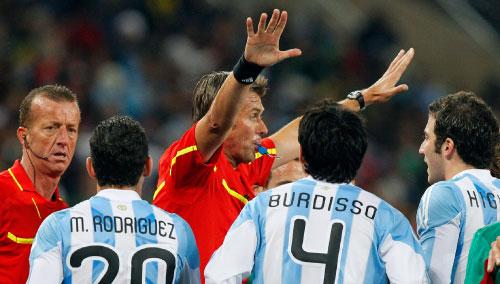 الحكّام الأكثر إثارةً للجدل في مونديال 2010 (ريكاردو مازالان ــ أ ب)