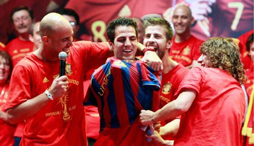 فابريغاس لاعب أرسنال مرتدياً قميص برشلونة في لقطة أثارت امتعاض جماهير الأول (أندريا غوماس ــ رويترز)