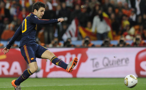 فابريغاس خلال مشاركته مع منتخب بلاده أمام هولندا في المباراة النهائية لكأس العالم (خافيير سوريانو ــ أ ف ب)