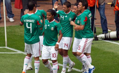 هيرنانديز محتفلاً مع زملائه بتسجيله هدف المكسيك (ادواردو فيردوغو ــ أ ب)