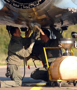 تحضير طائرة ميراج للمشاركة في العمليات ضد ليبيا (ستيفن أغوسطيني - أ ف ب)
