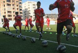لاعبو المنتخب اللبناني يخوضون مرانهم على ملعب الصفاء (أرشيف)
