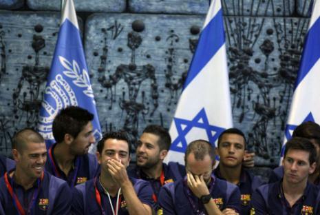 كان هناك حرص على زرع الكثير من الاعلام الاسرائيلية حول نجوم برشلونة ليور مزراعي - أ ف ب)