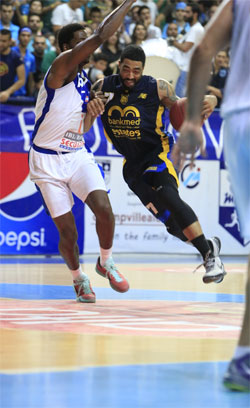 لاعب الرياضي جيرمايا ماساي يحاول تخطي دايشون سيمز (سركيس يرتيسسيان)
