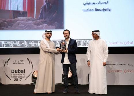 المخرج خلال تلقيه جائزة لجنة التحكيم في دبي