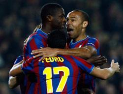 بدرو محتفلاً مع هنري وتوريه بالهدف الثاني لبرشلونة (البرت جيا ــ رويترز)