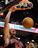 هدّاف شيكاغو نواه مسجّلاً كرة ساحقة «دانك» في سلة تورونتو (مايك كاسيس ــ رويترز)