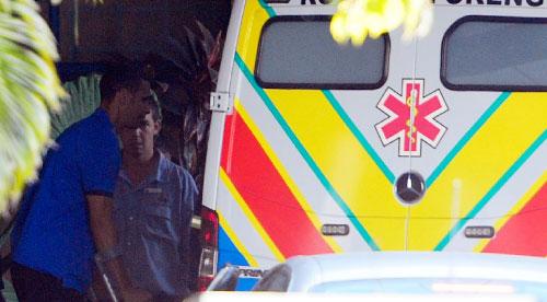 ريو فرديناند مغادراً المستشفى على عكازين (دارين ستايبلز ـ رويترز)