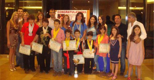 المكرّمون مع جوائزهم