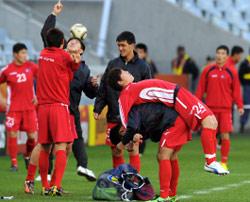 لاعبو المنتخب الكوري الشمالي خلال حصة تدريبية (أ ف ب)