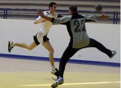 لاعب الصداقة علي سويدان يسدد بمواجهة حارس مار الياس (عدنان الحاج علي)
