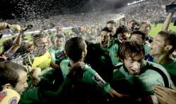 لاعبو برشلونة يحتفلون عقب نهاية المباراة (فرناندو بوستامنتي ــ أ ب)
