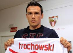 تروشوفسكي مستعرضاً قميص إشبيلية (مارسيلو دل بوتزو ـ رويترز)