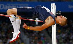 الأميركي جيسي وليامس قافزاً 2.35م ليحرز الذهبيّة (كاي بفافنباخ - رويترز)