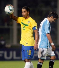 تألق رونالدينيو مع فلامنغو أعاده إلى المنتخب (إنريكه ماركاريان ــ رويترز)